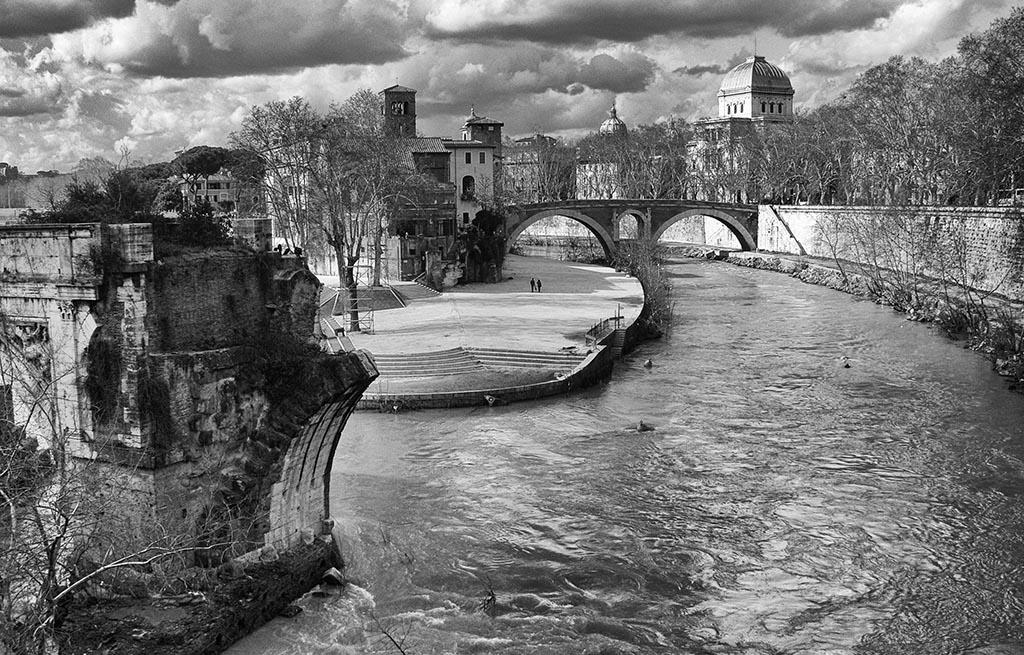 Roma, l'isola Tiberina con il ponte rotto e la Sinagoga